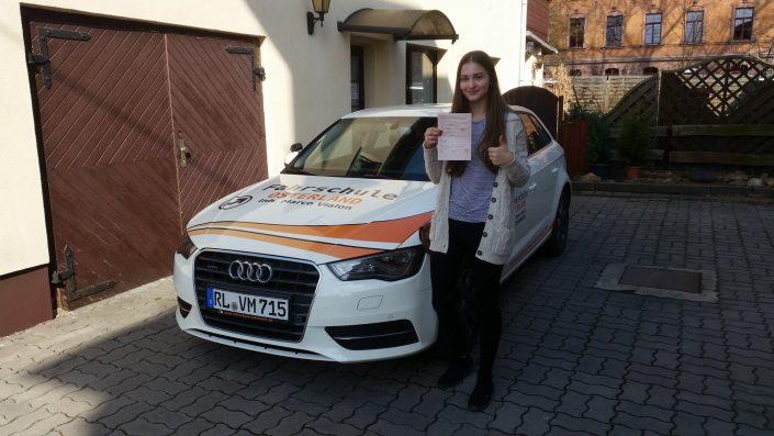 Fahrschülerin Fahrschule Osterland nach bestandender Prüfung